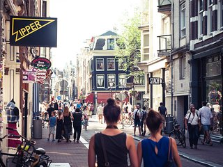 ESSENCE OF AMSTERDAM IN THE MIDDLE OF JORDAAN