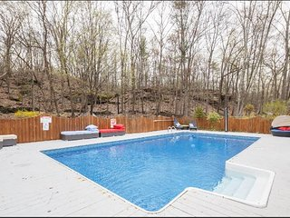 New Hot Tub & Heated Pool in Prime Woodstock Gut Renovated Modern Home
