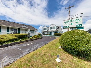NEW LISTING! Motel suite w/ kitchen - near the ocean & downtown, dogs OK!