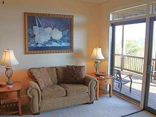 Spacious condo w/views of Grandfather Mountain, private deck and level parking