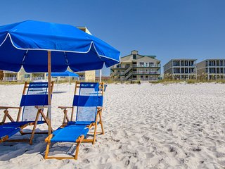 New Listing! Gulf side condo w/ocean views & shared pool - Snowbird welcome!
