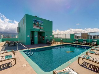 Waikiki condo w/ shared pool/sauna & on-site restaurants - walk to the beach!
