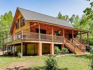 Tim's Hideaway - Beautiful Log Home! Close to TIEC! Cabin living at its best!