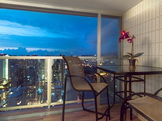 Remodeled penthouse condo w/ shared pool, sauna & hot tub
