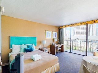 Queen studio w/ shared pool & hot tub - just steps from the beach!