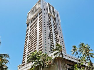 Remodeled Waikiki condo w/ shared pool/gym & free parking - walk everywhere!