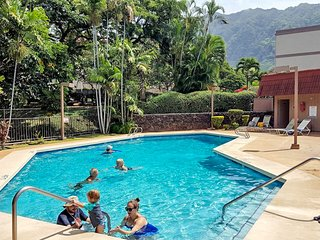 Makaha condo w/ shared pool, hot tub, & furnished balcony - one mile from beach