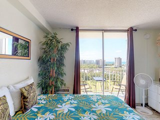Remodeled Waikiki studio w/ kitchenette plus park & ocean view - walk everywhere