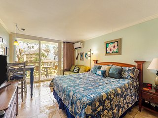 Oceanfront studio w/ kitchenette, shared pool, & hot tub - walk to the beach!