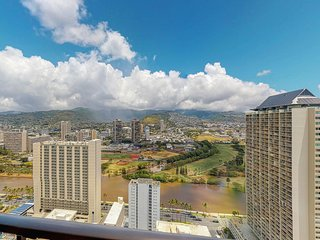 Penthouse w/ amazing Waikiki/mountain views, shared pool & free parking!