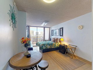 Bright condo in Waikiki w/ shared pool, sauna, tennis & gym - free parking!