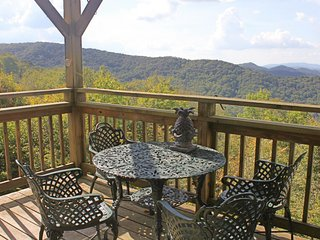 Two story condo w/spectacular views of Beech & Sugar Mountains and TWO balconies
