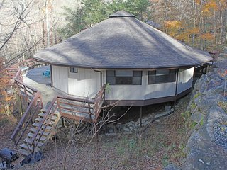 Pet friendly Mushroom Park roundhouse w/updated kitchen and wraparound deck