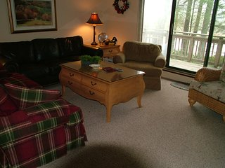 Large townhouse at base of Sugar Mountain w/balcony overlooking pond!