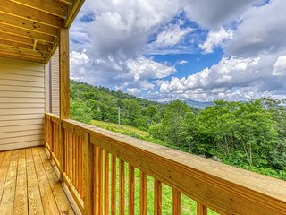 Bright, airy condo with quick access to slopes & great mountain views