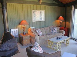 Classic roundhouse next to ski lodge w/panoramic view, retro fireplace & balcony