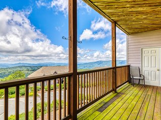 Spacious Sugar Mountain condo w/gourmet kitchen & covered balcony