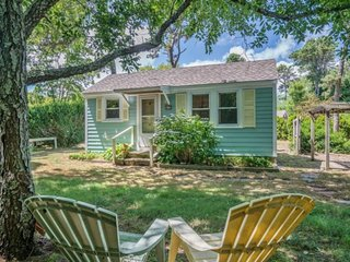 Adorable Cape Cod cottage perfect for couples & solo travelers, dogs OK!