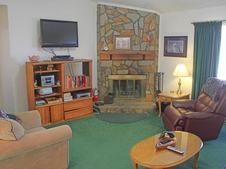 Centrally located mountain condo w/two porches & wood-burning fireplace