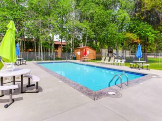 Mountain condo w/ shared hot tub, pool, gym, & more - close to downtown & lake!