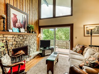 Cheery skiier's condo on Sugar Mountain w/covered balcony & stone fireplace