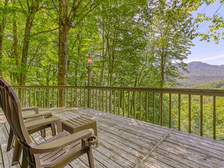 Mountain cottage w/wrap-around deck, walk to tennis courts!