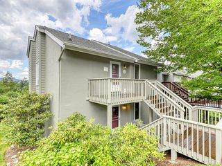 Fido-friendly mountain condo w/direct access to trails, full kitchen & balcony