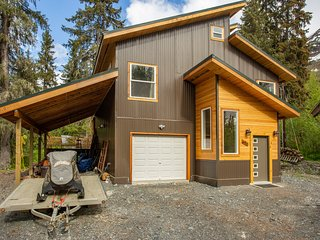 Contemporary home w/ large deck & mountain/forest views - walk to lifts!