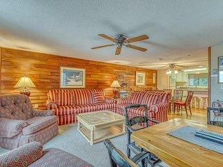 Spacious townhouse w/easy access to ski lodge, open kitchen & pond views