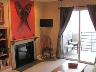 Cozy studio w/mountain views, private balcony and full bath