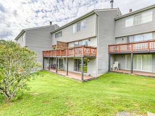 Townhouse-style condo on golf course w/wood-burning fireplace & open living room