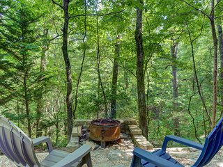 Secluded cabin w/ private hot tub, large porch, gas fireplace & pool table!
