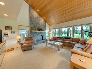 Beautiful Glaze Meadow home with golf course views and private hot tub!