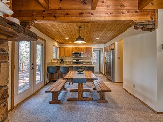 Cozy cabin w/spacious deck and forest views - close to resort & skiing!