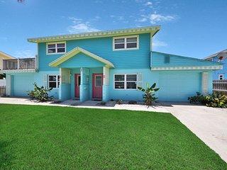 Tropical duplex w/ spacious backyard - 50 steps to the beach, dogs OK!