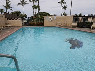 Updated tropical condo w/ shared pool & grill - great location!