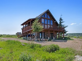 Upscale cabin w/ lake views & gas fireplace - trails within walking distance