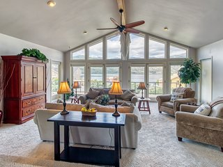 Beautiful home w/ deck, shared pools, tennis, & game room