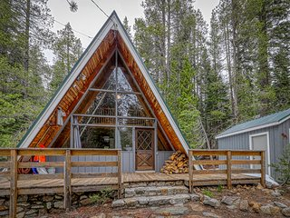 Lovely A-frame cabin with wood stove & smartTV - close to town and attractions!