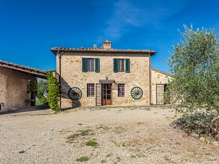Stunning Tuscan views from traditional farmhouse 10mins to downtown Siena