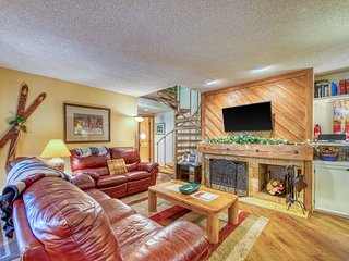 Spacious resort condo w/large patio, shared hot tub & pool, bus to slopes