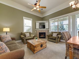 Cozy Eagle Crest home with patio & shared resort pool/hot tub/tennis/gym