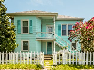 Charming home with great amenities - near Seawall Blvd!