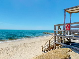 Pristine beach-themed cottage w/ a full kitchen & deck - close to the water!
