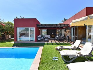 2 bedroom Villa with Pool, Air Con, WiFi and Walk to Shops - 5050523