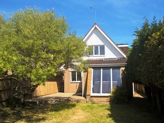 BOURNECOAST: FAMILY FRIENDLY CHALET BUNGALOW WITH GARDEN AND PARKING - HB6189