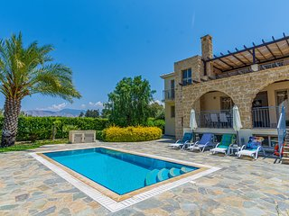 Villa Adonis, Walking distance to Sandy Beach