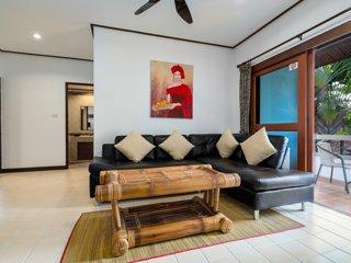 2 Bedroom Pool/Lake View Apartment