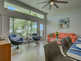 2 minutes to beach.  Short walk to Ritz Carlton, Heated Pool, WiFi.  Lido Key.