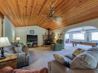 Family-friendly home w/ lake access & games, shared pool, near Yosemite